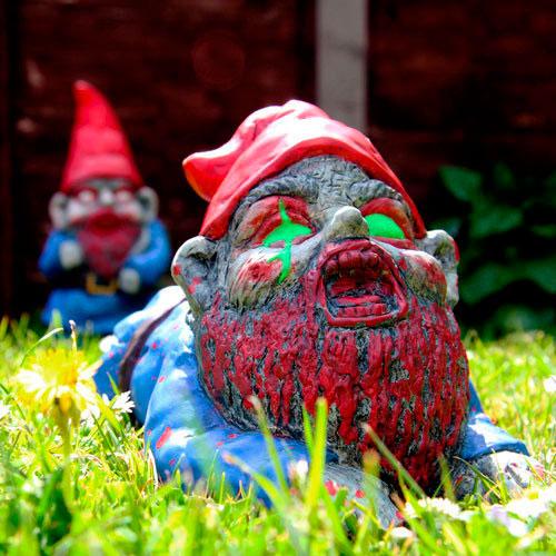 Enano de jardín zombie